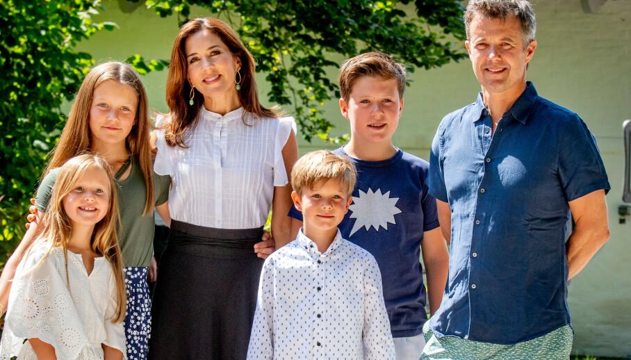 SOMMERFERIE: Den danske kronprinsfamilien tilbringer sommerferien på Gråsten slott, som fungerer som kongefamiliens sommerbolig. Her er de alle avbildet på Gråsten Slott i 2018. Foto: NTB Scanpix