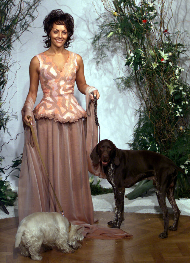MOTELØVE: Den franske sosietetskvinnen var en moteløve, og var ofte å se under moteukene i Paris. Her viser hun frem klærne til designer Franck Sorbier i 2002. Foto: Reuters / NTB Scanpix