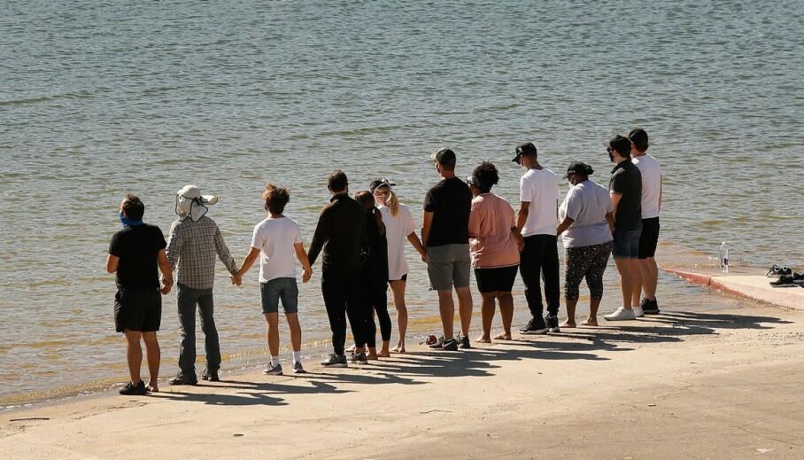 HYLLES: Her er blant andre «Glee»-kollegaene Heather Morris og Amber Riley samlet ved Lake Piru, kort tid før det ble bekreftet at det var Riveras kropp som ble funnet. Foto: NTB Scanpix