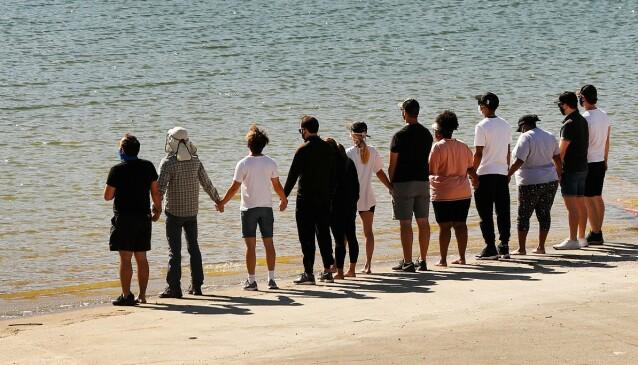 SAMLET: Gjengen fra dramaserien «Glee» samlet foran Lake Piru i California. Foto: NTB Scanpix