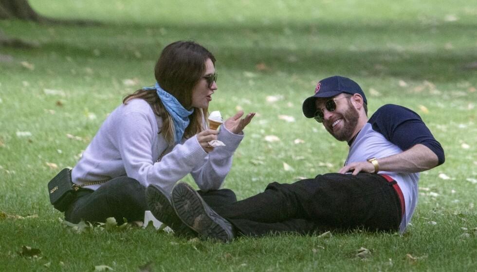 VEKKER OPPSIKT: Ryktene om en mulig romanse har fått fart på seg etter at Hollywood-stjernene Lily James og Chris Evans ble observert sammen i London flere ganger. Foto: NTB Scanpix