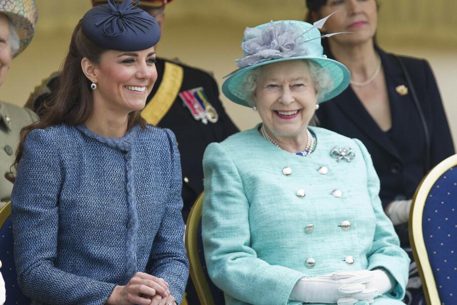 TENKER NYTT: Britenes monark lanserte denne uken en eksklusiv flaske sprit - med ingredienser fra dronningens egen hage på Buckingham Palace. Her er hun avbildet sammen med hertuginne Kate i 2012. Foto: REX/ NTB Scanpix