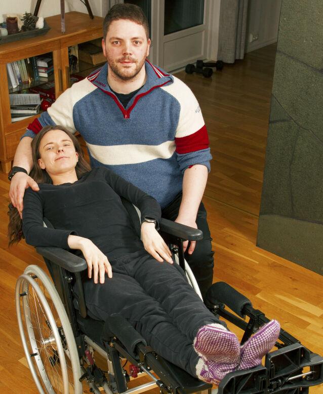 LIGGENDE RULLESTOL: Elisabeth er avhengig av en rullestol der hun kan ligge, når samboer Paul-Kristian tar henne med på tur.