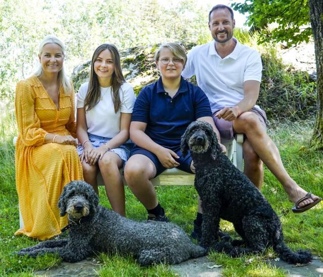 SOMMER: Kronprinsfamilien har feriert på Dvergsøya de siste ti årene. Her er kronprinsparet og barna Ingrid Alexandra og Sverre Magnus samlet. Foto: NTB Scanpix / Lise Åserud