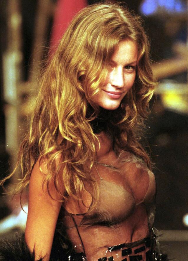 GIGANTISK: Det finnes få modeller som har nådd opp på samme nivå som brasilianske Gisele Bündchen. Her er hun fotografert i 2000, i Brasil, bare få år etter at hun ble oppdaget. Foto: Reuters / NTB Scanpix