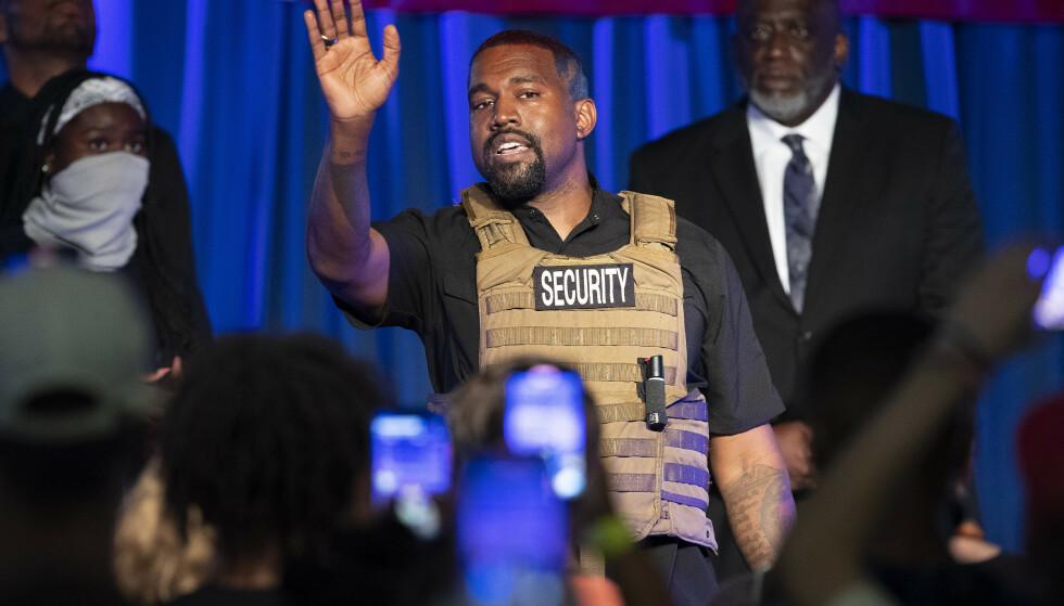 OPPTANDELSE: Ikledd skuddsikker vest under et valgkampmøte, uttalte Kanye at han og Kim hadde vurdert abort under det første svangerskapet. Foto: NTB Scanpix