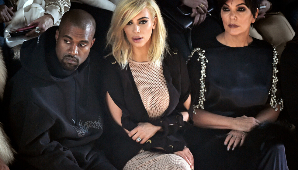 HARDT UT: Kanye West kaller svigermora Kris Jenner (t.h) for «Kris Jong-Un». Han mener altså at hun minner om Nord-Koreas diktator Kim Jong-un. Her er West fotografert med kona og svigermora i Paris i 2015. Foto: NTB Scanpix