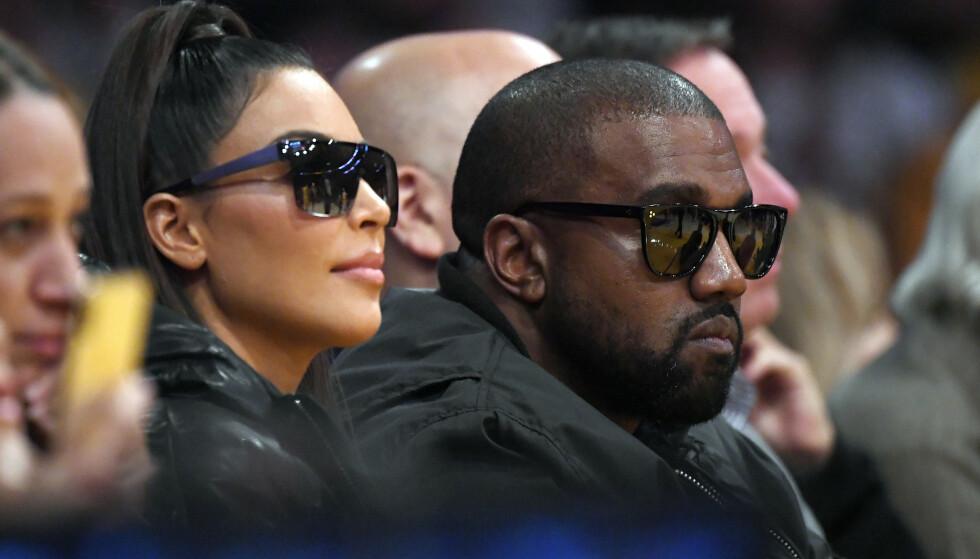 VURDERER HUN SKILSMISSE?: Kim Kardashian West skal nylig ha gått til skilsmisseadvokater etter ukens kontroversielle episoder med ektemannen. Her er ekteparet fotografert i januar. Foto: NTB Scanpix