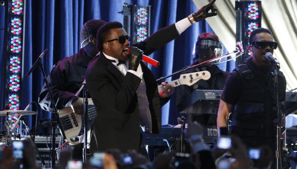 KAMERATER: Kanye West har opptrådt for Barack Obama flere ganger. Med årene har han derimot skiftet side, og er nå selvuttalt republikaner. Han ønsker å stille til valg for partiet. Her er han fotografert i januar 2009, da Obama akkurat hadde blitt USAs nye president. Foto: NTB Scanpix