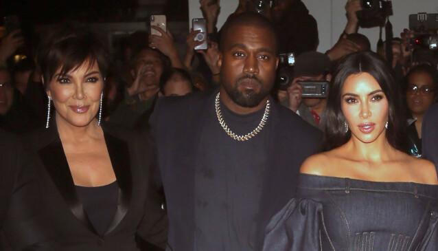 FAMILIE: Kris og Kanye har tilsynelatende hatt et godt forhold i alle år. Nå velger hun å ignorere svigersønnens utspill. Her fotografert sammen med Kim i New York. Foto: NTB Scanpix