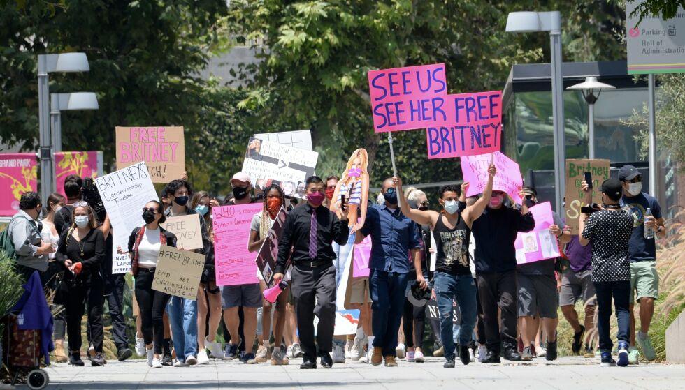 DEMONSTRERER: Flere amerikanere har engasjert seg i #freebritney-bevegelsen. Her demonstrerer en gruppe mennesker i Los Angeles torsdag. Foto: NTB Scanpix
