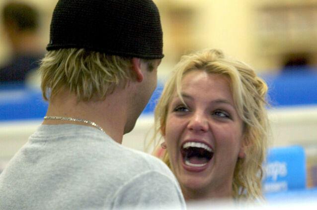 GOD KONTAKT: Bryan og Britney avbildet sammen i lystig lag, tilbake i 2004. Foto: NTB Scanpix