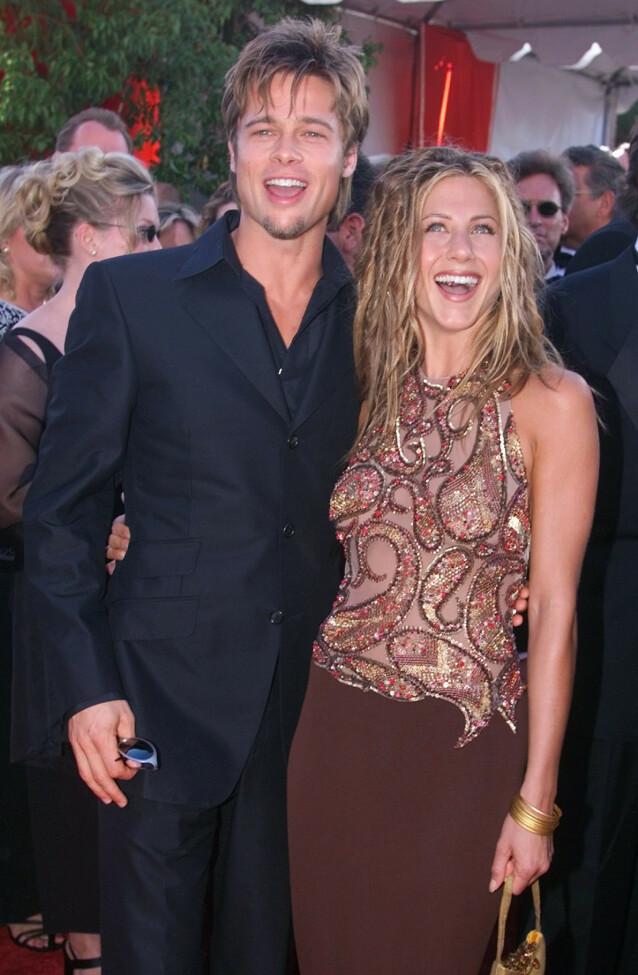 FØRSTE GANG: I 1999 dukket Brad Pitt og Jennifer Aniston opp sammen på den røde løperen under Emmy Awards. Foto: NTB Scanpix