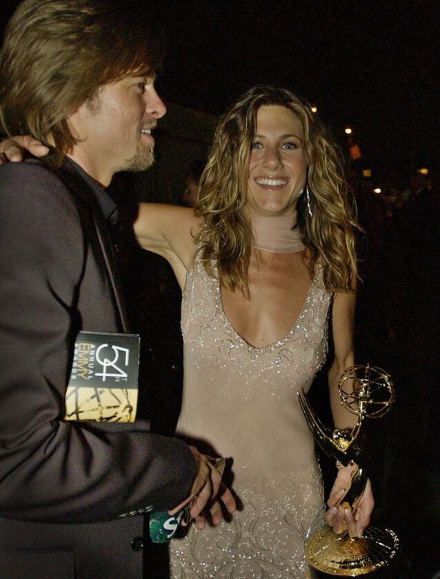 STOR STØTTE: Da Jennifer vant Emmy Award i 2002 satt ektemannen stolt i salen. Her i etterkant av utdelingen. Foto: NTB Scanpix