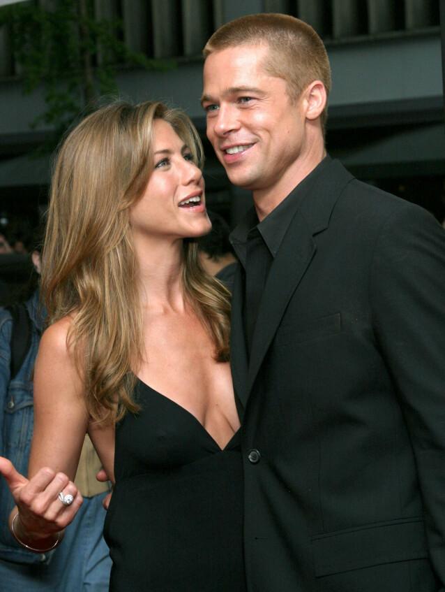 FORELSKA: Jen og Brad så alltid svært forelska ut på røde løpere. Her på premieren av «Troy» i 2004 - bare et halvt år før bomba smalt. Foto: NTB Scanpix