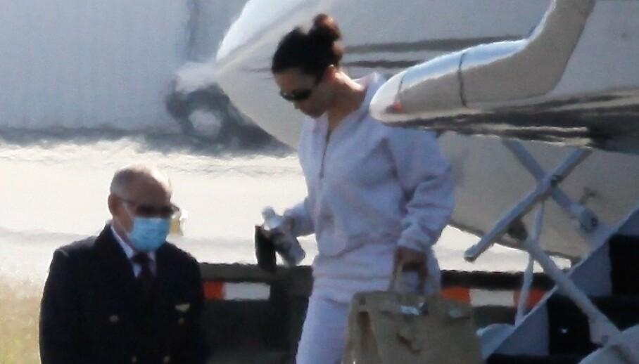 HASTET HJEMOVER: Kim Kardashian returnerte raskt til Los Angeles etter at hun mandag ble gjenforent med ektemannen Kanye West - i det som ble et heller tårevått møte. Foto: Backgrid USA / NTB Scanpix