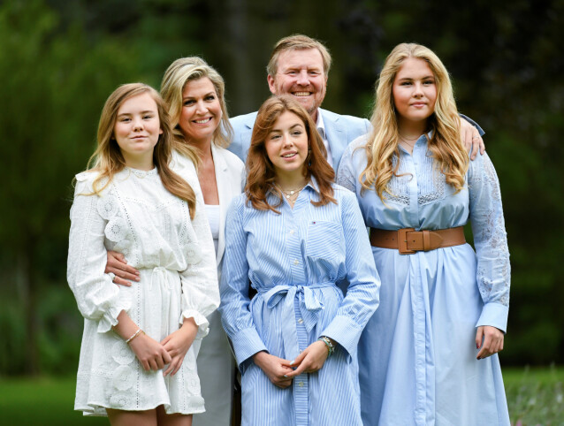 FAMILIEBILDE: Den nederlandske kongefamilien stilte opp på sin årlige sommerfotografering. Foto: NTB Scanpix