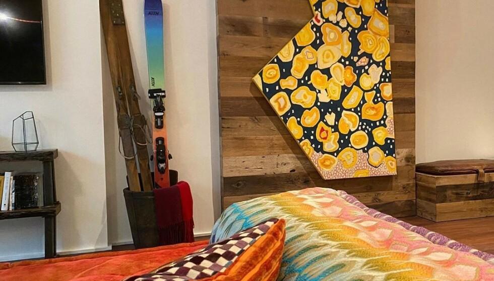 DYRT: Selv om enkelte mener Hadids hjem ser billig ut, er det tvilsomt det. I sofaen alene har hun flere pledd og puter fra eksklusive Missoni. Kunstverket på veggen skaper også splid. Foto: Privat