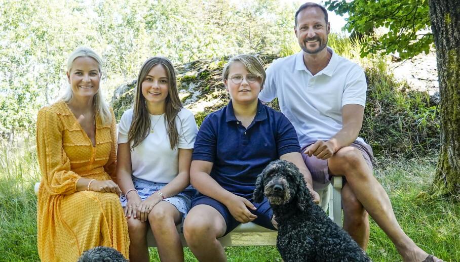 HERMING?: Den britiske avisen Express antyder at den norske kronprinsfamilien kopierer hertuginne Kates bilder i sosiale medier. Her er kronprinsfamilien avbildet på Dvergsøya utenfor Kristiansand i juli. Foto: NTB Scanpix