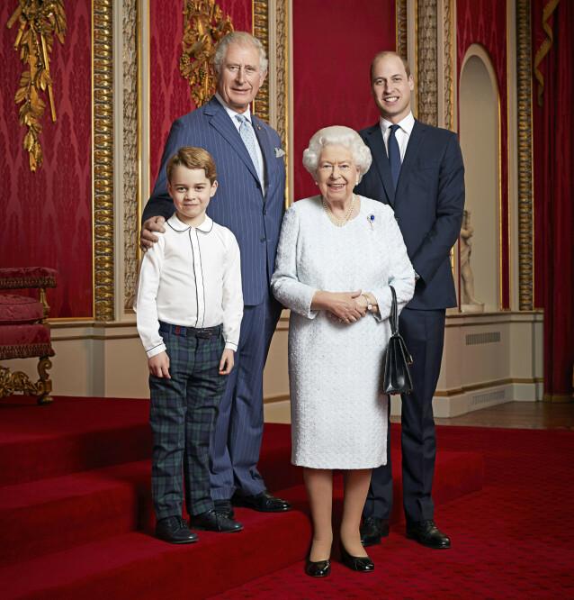 TRE GENERASJONER: Det er forventet at de tre neste generasjonene av monarker vil bli mannlige. Her er dronninga avbildet med prins Charles, prins William og prins George. Foto: NTB Scanpix
