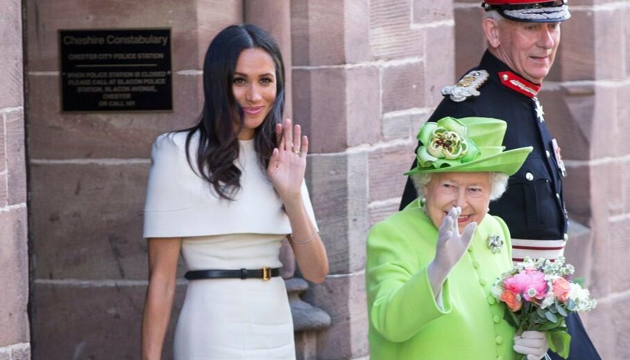 SPESIELL HILSEN: Hertuginne Meghan og dronning Elizabeth under sitt første offisielle opprag sammen i Chester i 2018. Hva slags forhold de to har i dag er ikke kjent, men nå deler dronningen en spesiell hilsen til Meghan. Foto: NTB Scanpix