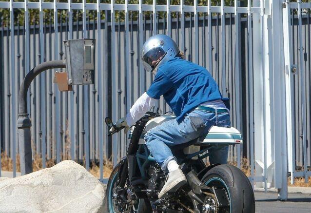 GJENFORENT: Brad Pitt på vei inn hos Angelina i hennes bolig i Los Feliz i Los Angeles 28. juli. Foto: NTB Scanpix