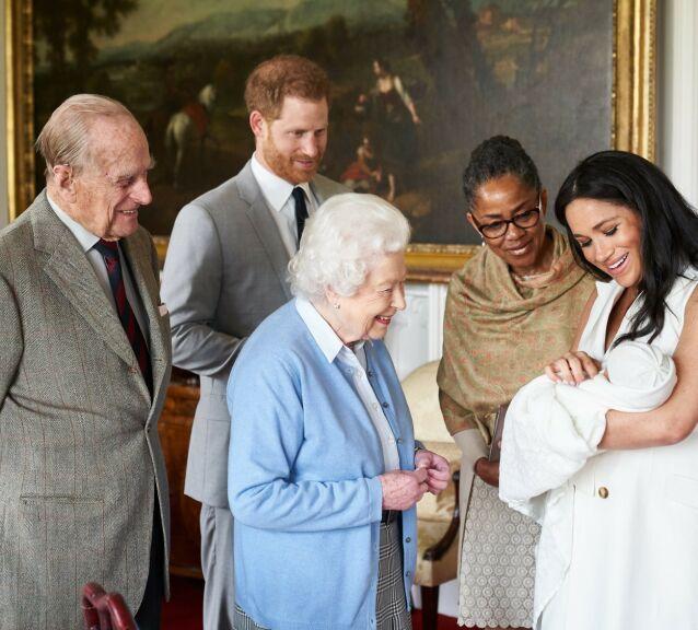 OLDEMOR: Dronning Elizabeth hilste på sitt nye oldebarn da Meghan og Harry fikk sønnen Archie i fjor. Foto: NTB scanpix