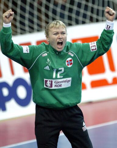 VERDENS BESTE: Cecilie Leganger har flere ganger blitt kåret til verdens beste håndballkeeper. Her da hun stod i mål for Norge i VM i 2003. Foto: NTB Scanpix