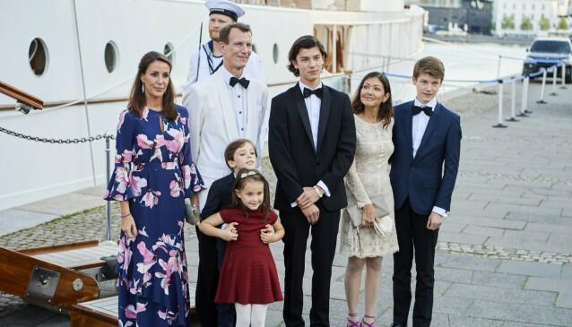 FEIRET BURSDAG: Prinsesse Marie og ektemannen, prins Joachim, sammen med barna, prins Henrik og prinsesse Athena i 18-årsdagen til prins Nikolai (i midten). Prins Nikolai og prins Felix er barn av prins Joachim og grevinne Alexandra (til høyre). Foto: NTB scanpix