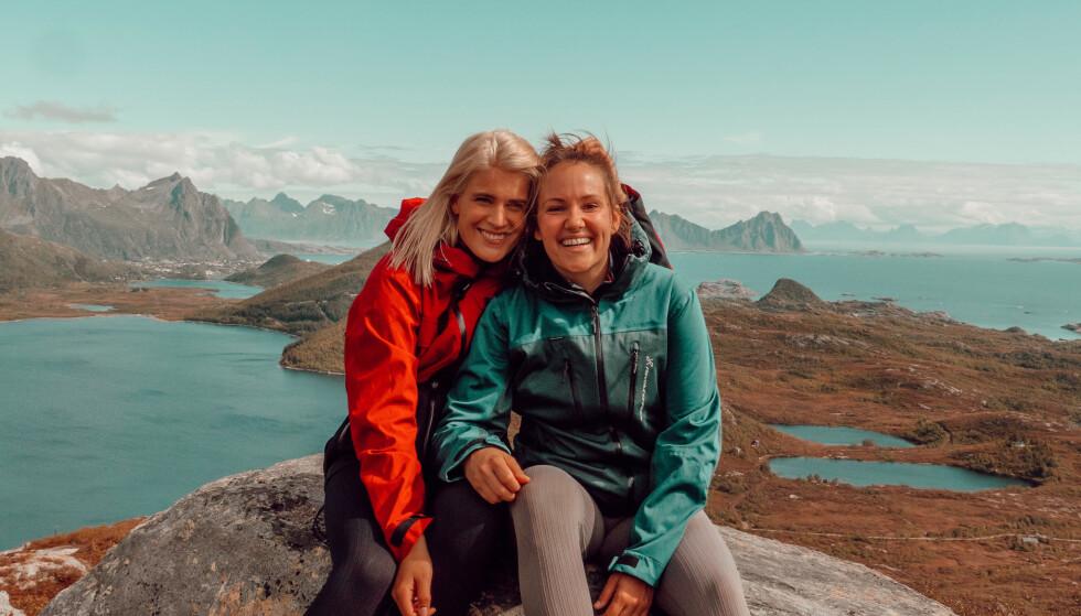 KJÆRESTER: Camilla og Julie trives svært godt i hverandres selskap. Her er de på topptur. Foto: Privat