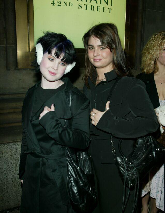 INGEN KONFLIKT: Osbourne-døtrene Kelly og Aimée er nære hverandre, selv om serien aldri ga det inntrykket. Her er de fotografert sammen i 2002. Foto: NTB Scanpix
