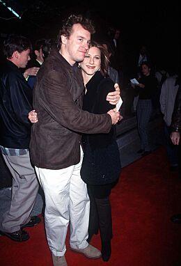 STJERNEPAR: Tate Donovan og Jennifer Aniston var kjærester i virkeligheten. Da han ble en del av serien hadde de gått hver til sitt. Her sammen i 1996. Foto: NTB Scanpix