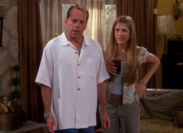 HOLLYWOODSTJERNE: Bruce Willis var allerede en ettertraktet skuespiller da han gjestet «Friends». Her i episoden «The One Where Paul's the Man». Foto: Warner Bros.