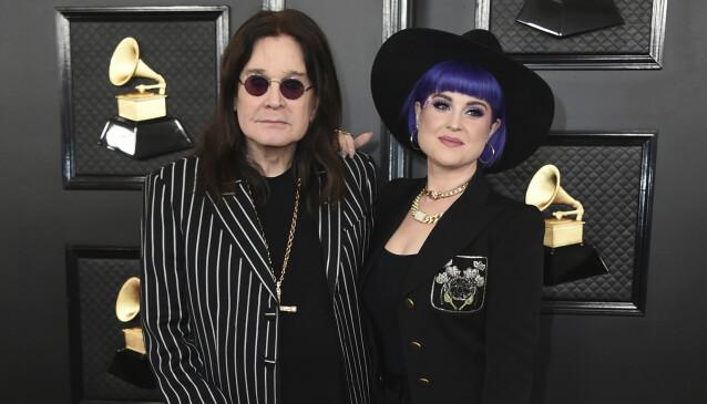 FAR OG DATTER: Kelly Osbourne er datter av rockestjernen Ozzy Osbourne. Her er de avbildet under Grammy-utdelingen i januar. Foto: NTB Scanpix