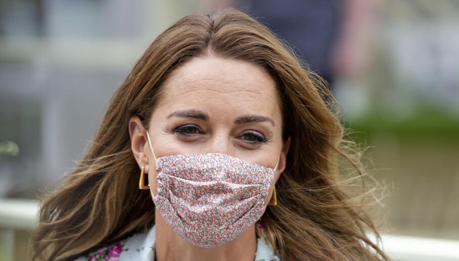 TRENDSETTER: Etter at hertuginne Kate ble avbildet med dette munnbindet tok det av på nettet. Foto: NTB scanpix