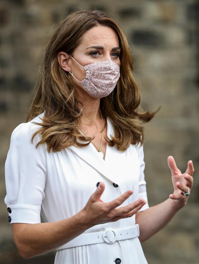 HEFTIG SØK: Hertuginne Kate har brukt denne munnbindet ved et par anledninger. Det har sørget for et enormt søk etter lignende munnbind. Foto: NTB scanpix