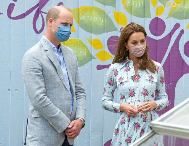 BESKYTTELSE: Både William og Kate har blitt sett med munnbind flere ganger. Her sammen på oppdrag forrige uke. Foto: NTB scanpix