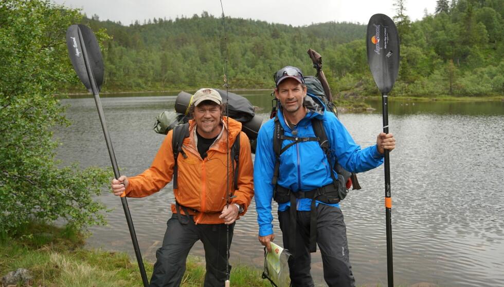 NY SESONG: Lars Monsen tar nok en gang med kjendiser ut i naturen. Her med Jon Almaas. Foto: Geir Evensen / NRK