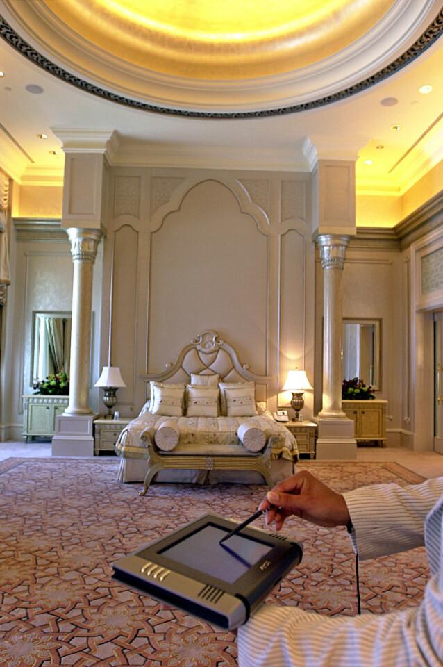 LUKSUS: Marmor, gull og sølv er elementer som går igjen på de nesten 400 rommene på Emirates Palace hotel i Abu Dhabi. Foto: NTB Scanpix