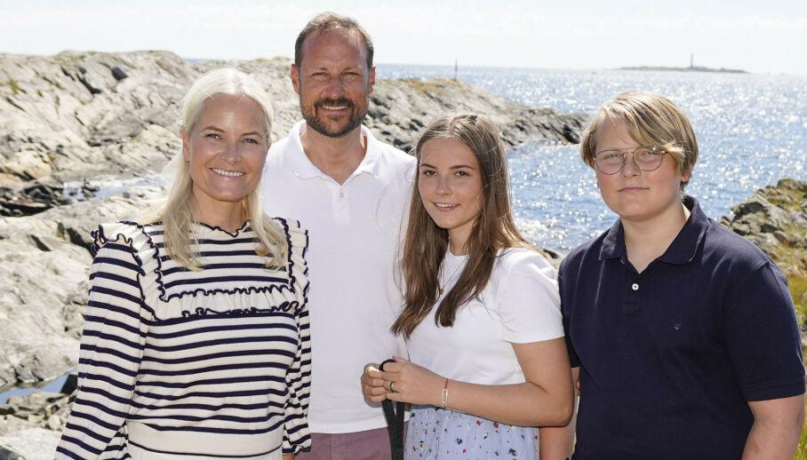 KONFIRMERES: Prins Sverre Magnus (14) konfirmerer seg om kort tid. Her med kronprinsesse Mette-Marit og kronprins Haakon, samt storesøster, prinsesse Ingrid Alexandra. Foto: Lise Åserud / NTB scanpix