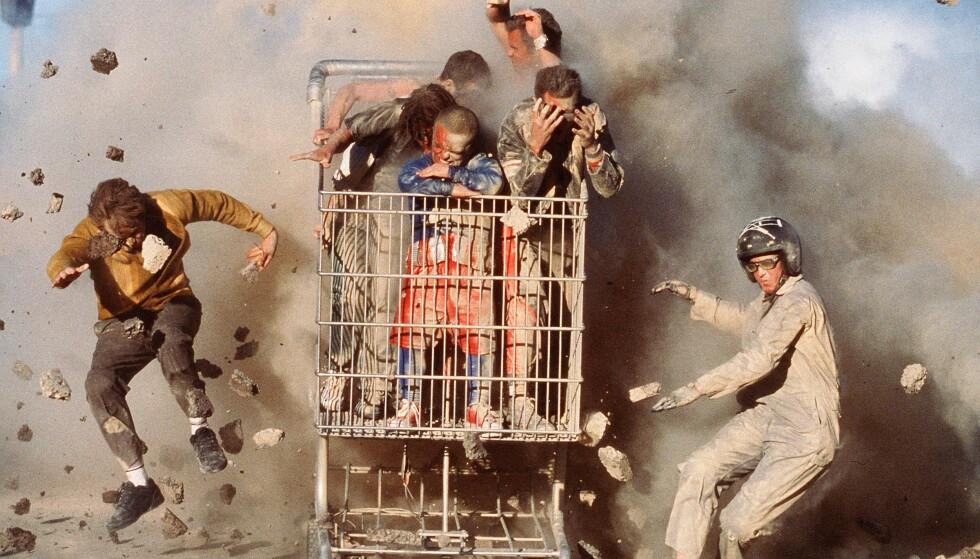 EKSPLOSJON: Det er ikke bare dyr de leker seg med. Her kjører de gjennom en eksplosjon med handlevogn. Foto: NTB Scanpix