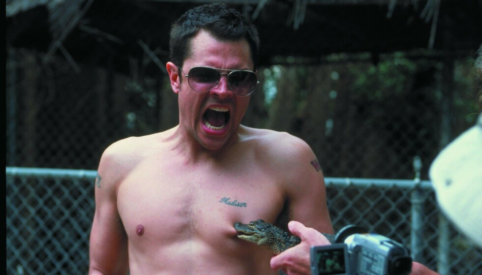 BITT: I den første filmen lot han en alligatorunge bite han i brystvorta. Foto: NTB Scanpix