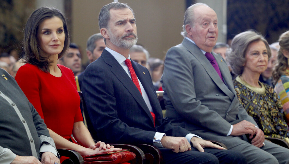 I EKSIL: Spanias tidligere konge, Juan Carlos (82), gikk tidligere denne måneden i eksil. Etter sigende befinner han seg nå i Abu Dhabi. Kona Sofia (ytterst t.h.) har imidlertid blitt værende i Spania. Her sammen med sønnen kong Felipe og dronning Letizia i 2019. Foto: NTB Scanpix