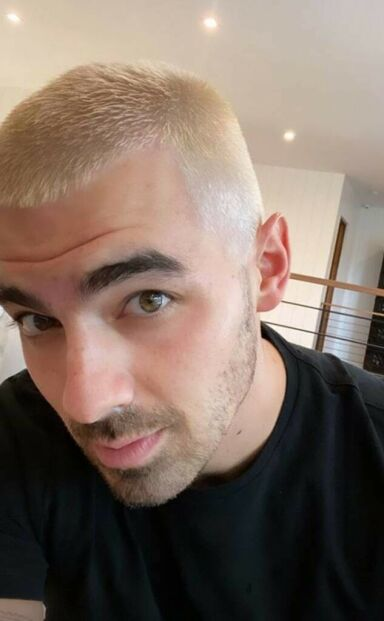 HEI SVEIS: Joe Jonas har byttet ut sin mørke sveis med platinablondt hår. Foto: Skjermdump / Instagram