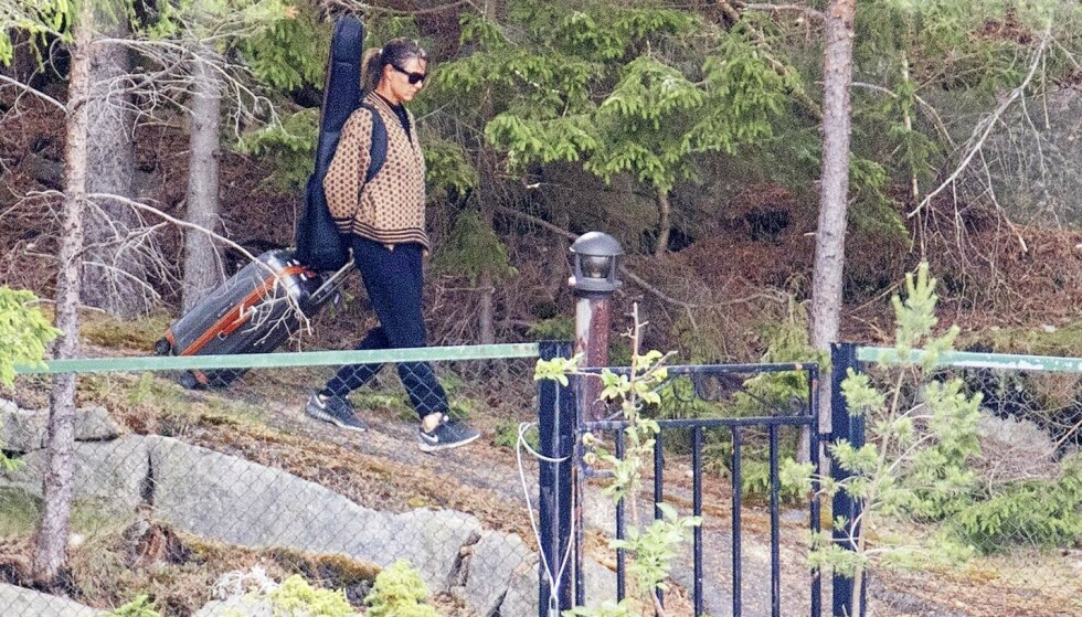 EVENTYRET OVER: Prinsesse Märtha Louise har eid Bloksbjerg siden 2001. Her vandrer hun ut porten med trillekoffert i hendene og gitar på ryggen.