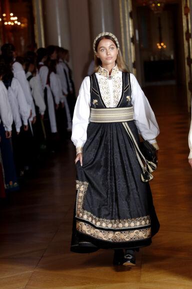 PÅ SLOTTET: Juliane var selvskreven gjest da Marius' lillesøster, prinsesse Ingrid Alexandra, konfirmerte seg i fjor. Foto: Lise serud / NTB scanpix