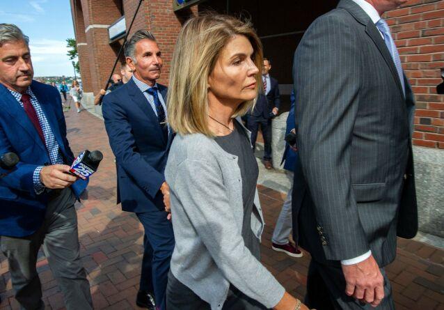 I SØKELYSET: Lori Loughlin og ektemannen Mossimo Giannulli (i midten bak) utenfor rettslokalene i Boston i slutten av august 2019. Foto: Joseph Prezioso / AFP/ NTB scanpix
