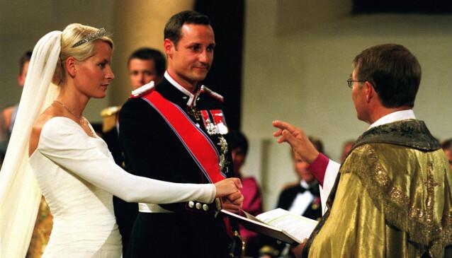 I KIRKEN: Kronprinsparet ble viet av biskop Gunnar Stålsett. Foto: NTB Scanpix