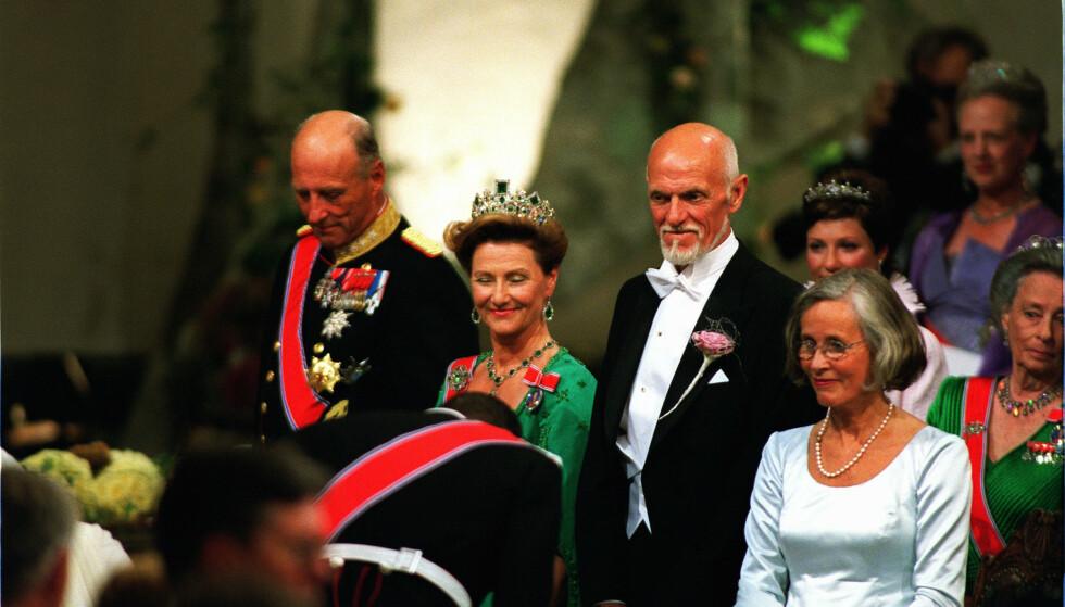 SELVSKREVNE GJESTER: Kongeparet i vielsen, sammen med Mette-Marits foreldre, Sven O. Høiby og Marit Tjessem. Foto. NTB Scanpix