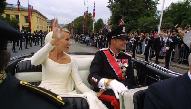 FOLKEHAV: Mette-Marit og Haakon ble møtt av et folkehav da de kjørte det korte stykket fra slottet til domkirken. Foto: NTB Scanpix